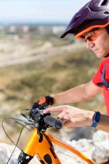 Ciclista tocando na tela da bicicleta elétrica
