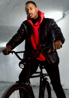 Ciclista urbano sentado em sua bicicleta vista baixa