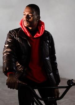 Ciclista urbano sentado na bicicleta