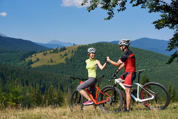 Ciclistas de casal com bicicletas