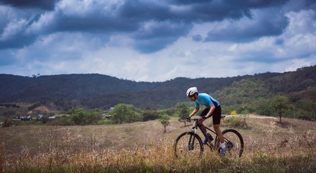 Ciclistas de ciclista de montanha, trilha de montanha