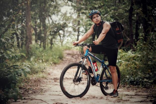 Ciclistas de montanha, andar de bicicleta na temporada de outono entre as árvores