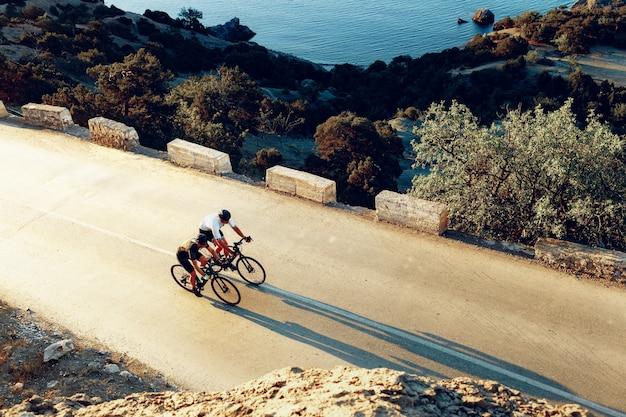 Ciclistas profissionais do sexo masculino em suas bicicletas de corrida