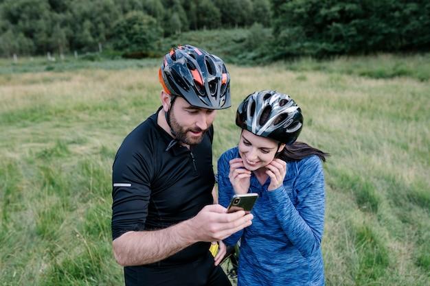 Ciclistas verificando a rota em um telefone