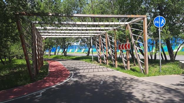 Ciclo de caminho de lanebike com cerca de madeira e placas na tarde de verão