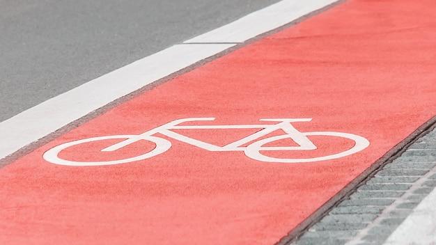 Ciclovia com um símbolo de bicicleta na estrada de asfalto, estrada alemã