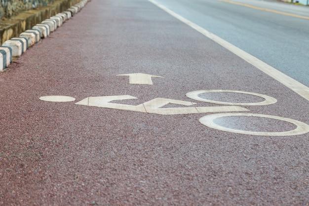 Ciclovia de pista de bicicleta e fundo da estrada costeira