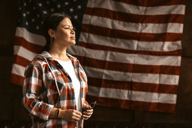 Cidadão americano feminino com bandeira americana