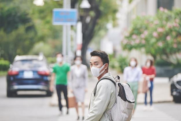 Cidadão da cidade em máscara protetora
