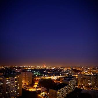 Cidade à noite, lindas cores e lâmpadas