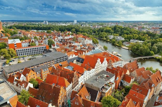 Cidade alemão velha de lubeque no rio trave.