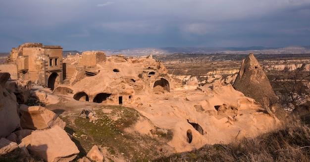 Cidade antiga com residências em cavernas na paisagem turca