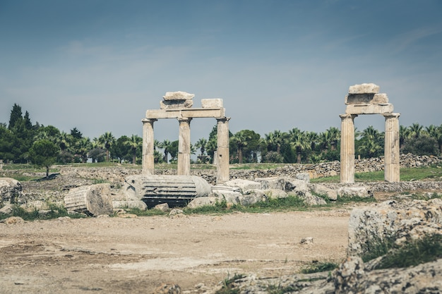 Cidade antiga de hierapolis, pamukkale, turquia. a beleza fascinante e bonita dos locais históricos está aqui. hierapolis da frígia, denizli, turquia