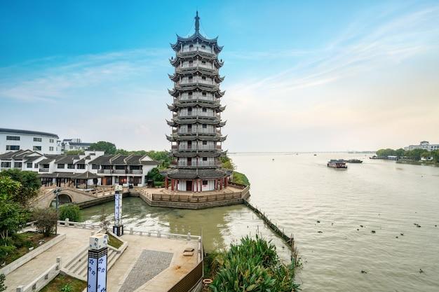 Cidade antiga e pagode no canal em zhouzhuang, suzhou, china