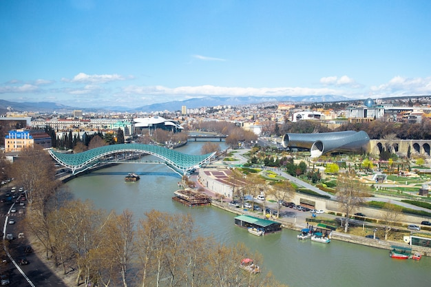 Cidade antiga, novo parque summer rike, rio kura, a praça europeia e a ponte da paz