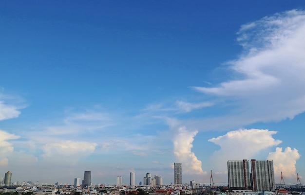 Cidade com construção, ponte grande, céu azul e nuvem branca. escapo da cidade.