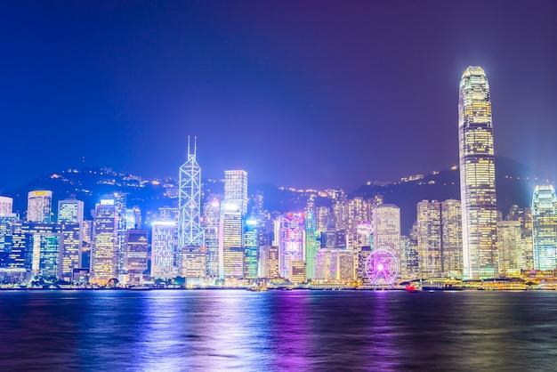 Cidade com edifícios altos de longe