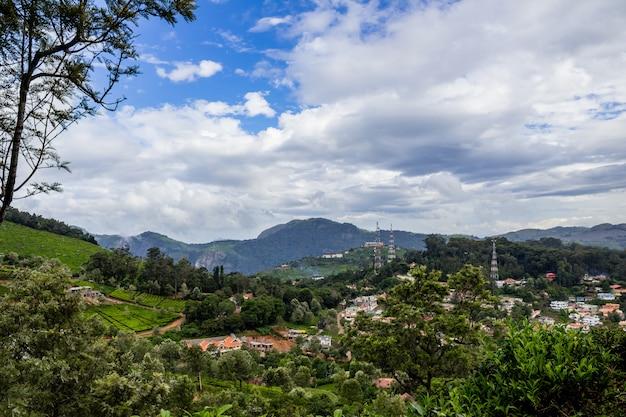 Cidade com montanhas em segundo plano