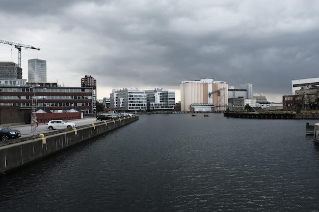 Cidade costeira com nuvens cinzentas