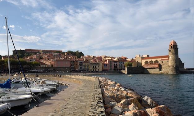 Cidade costeira de collioure e igreja de notre dame des anges, collioure, roussillon, pirineus orientais,