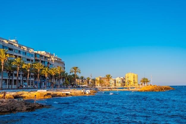 Cidade costeira de torrevieja, alicante, comunidade valenciana. espanha, mar mediterrâneo
