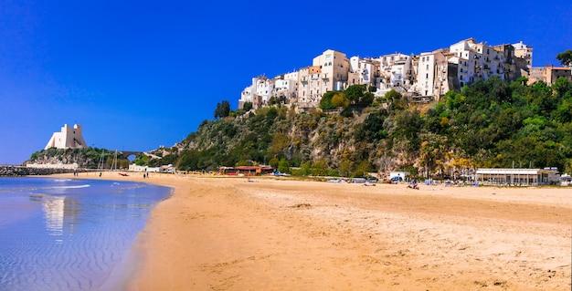Cidade costeira encantadora de sperlonga com belas praias na região de lazio, na itália