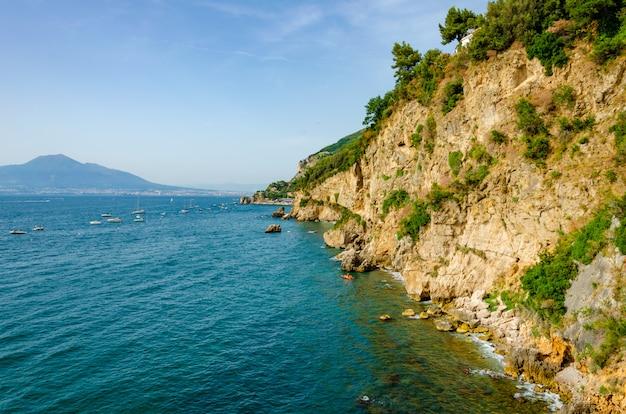 Cidade costeira no sul da itália vico equense no mar tirreno
