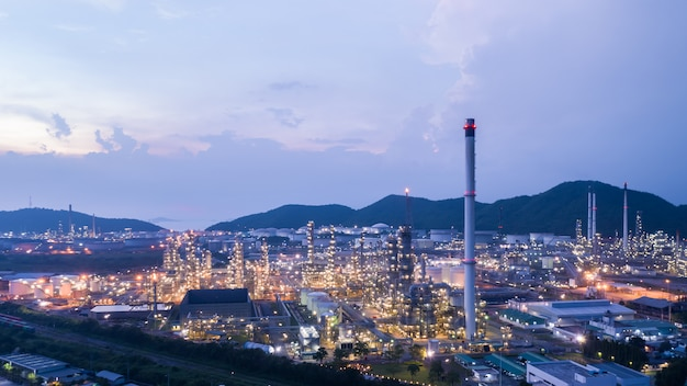 Cidade crepuscular e paisagem ver refinaria de petróleo e glp na tailândia