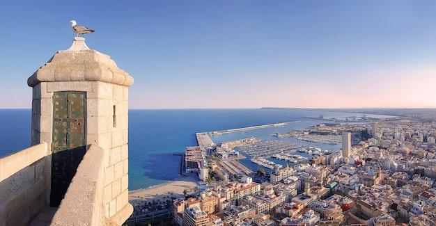 Cidade de alicante com iates ancorados do castelo de santa bárbara espanha