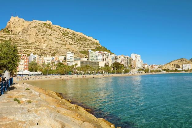 Cidade de alicante e praia el postiguet, destino mediterrâneo, espanha
