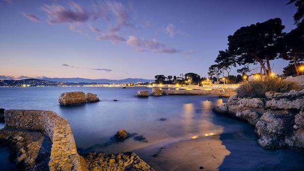 Cidade de antibes cercada pela riveria francesa durante a noite na frança