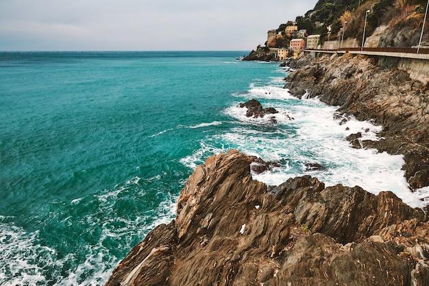 Cidade de arenzano e costa do mar