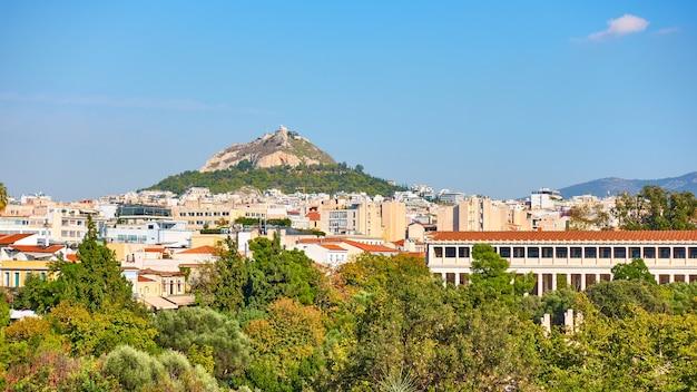 Cidade de atenas com a colina lycabettus, grécia - vista panorâmica da cidade