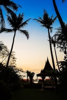 Cidade de bangkok com seus skycrapers ao pôr do sol