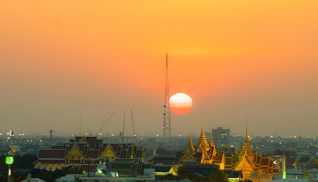 Cidade de bangkok no pôr do sol.