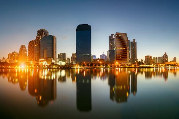 Cidade de banguecoque, no centro, na hora do nascer do sol