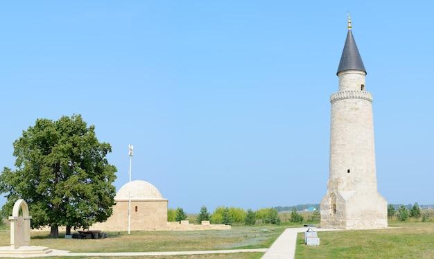 Cidade de bolgar, tartaristão, rússia: pequeno minarete e a tumba de khan