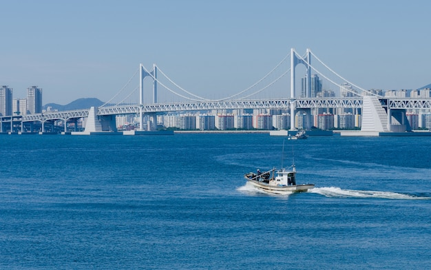 Cidade de busan e ponte gwangwan em haeundae na coréia