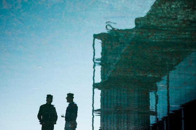 Cidade de construção com silhuetas de pessoas