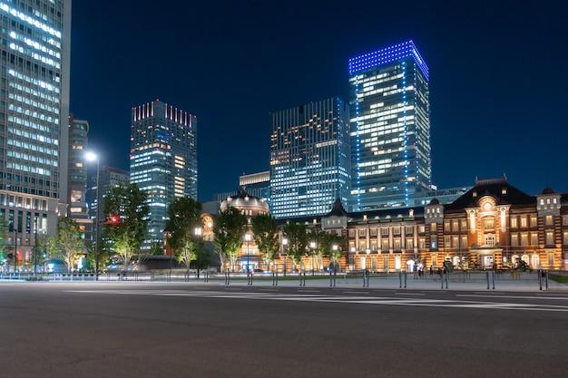 Cidade de construção e arranha-céu à noite
