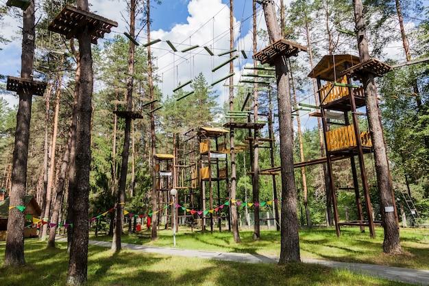 Cidade de corda nas árvores no parque