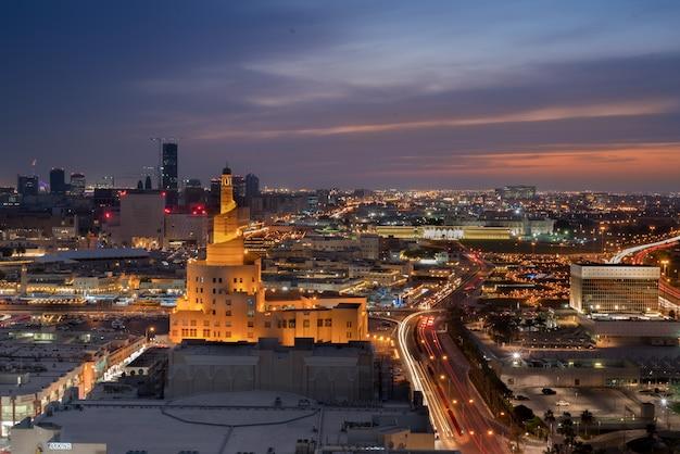 Cidade de doha iluminada paisagem de alta vista