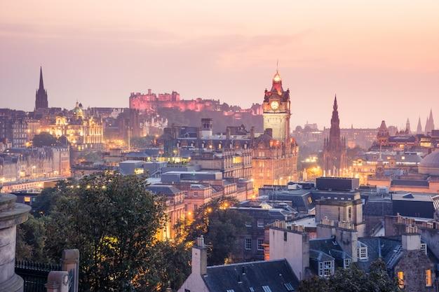 Cidade de edimburgo de calton hill à noite, escócia, reino unido