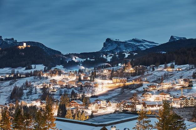 Cidade de estância de esqui de cortina d € ampezzo à noite