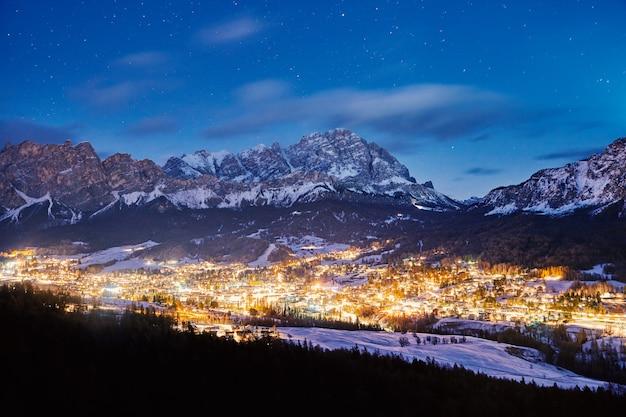 Cidade de estância de esqui de cortina dampezzo à noite