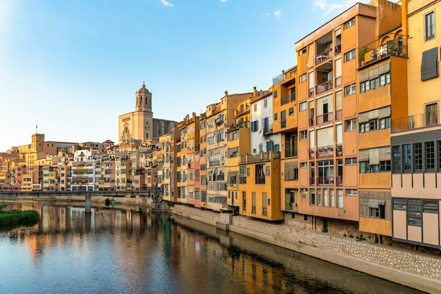 Cidade de girona no centro histórico com a catedral na catalunha na espanha ao pôr do sol
