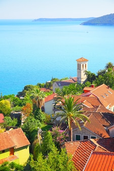 Cidade de herceg novi na costa da baía de kotor, montenegro