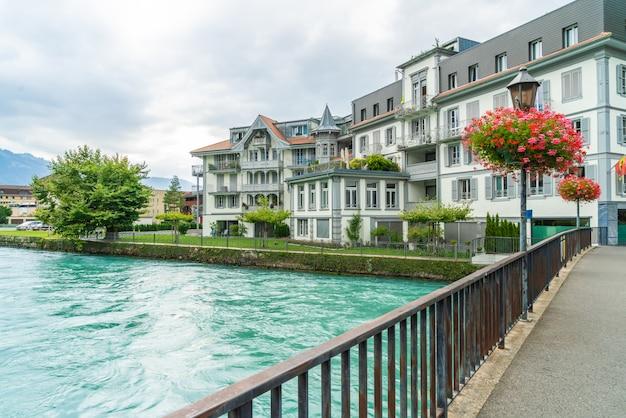 Cidade de interlaken com o rio thunersee, suíça