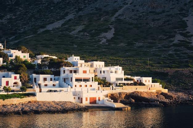 Cidade de kamares com casas brancas tradicionais na ilha de sifnos no pôr do sol na grécia