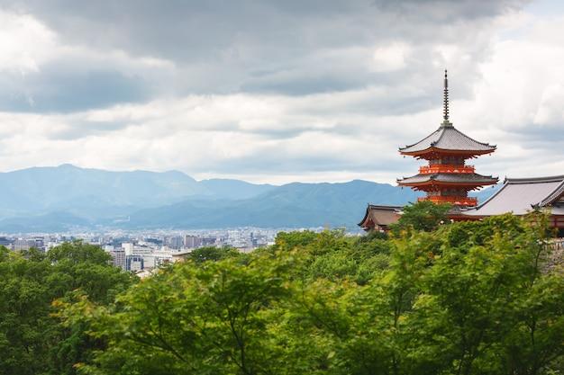Cidade de kyoto e pagode vermelho no verão